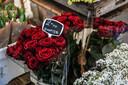 De rozen bij bloemenkraam Fleurica op de markt in Dordrecht. Het familiebedrijf Fleurica staat al 75 jaar op de markt.