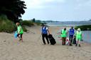 Jos Korthout (tweede van links) gaat zelf elke dag ruimen, maar krijgt op zaterdagen hulp van vrijwilligers, ook zijn vrouw Annie (rechts) helpt mee.