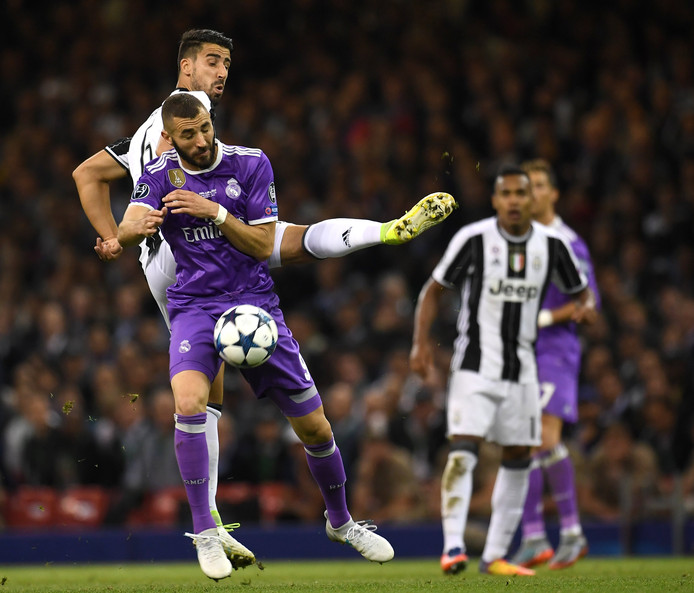 Sami Khedira (l) komt stevig in bij oud-ploeggenoot Karim Benzema in de Champions League-finale van 2017.