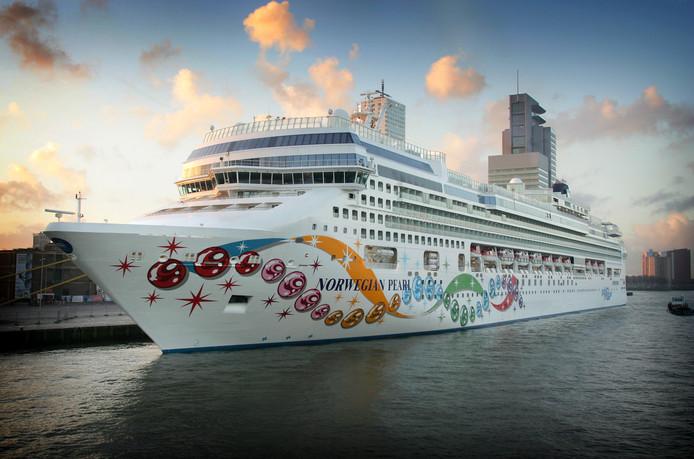 Het cruiseschip Norwegian Pearl, hier in Rotterdam
