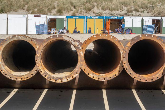De buizen voor de zandsuppletie liggen klaar op het strand bij Zoutelande.