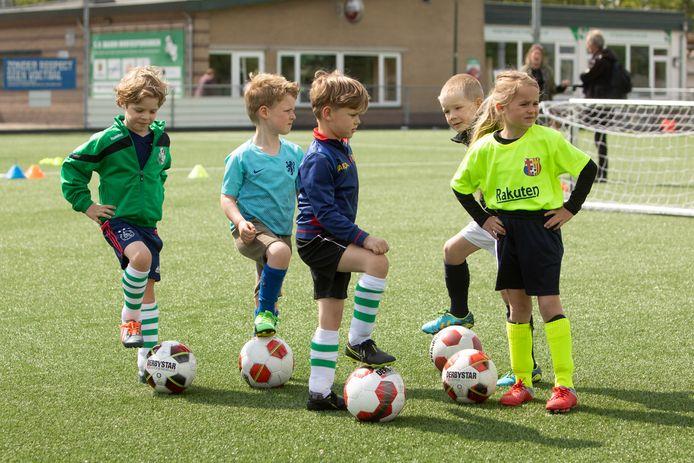 Het wordt puzzelen om de jeugdtrainingen bij een avondklok volledig door te laten gaan. Korter trainen of om de beurt, dat wordt waarschijnlijk het credo van clubs in de regio.