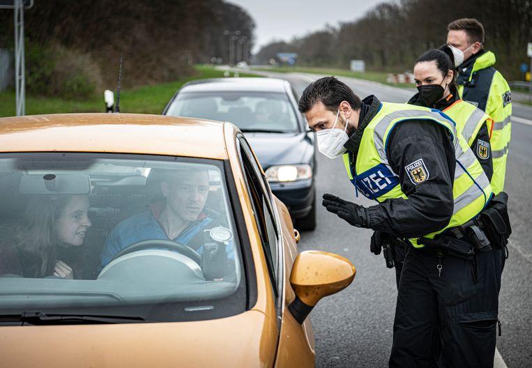 Stel in gesprek met de Duitse politie.  Beeld Koen Verheijden