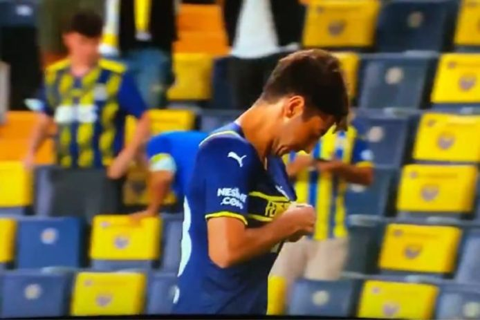 Deze Fenerbahçe-speler zocht, maar vond geen clublogo op z'n shirt.