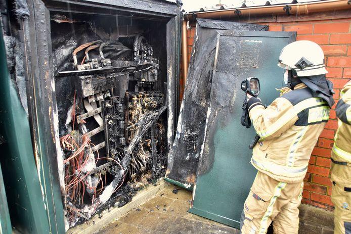De hoogspanningscabine in de Padderijstraat in Koolskamp werd helemaal vernield door de brand.