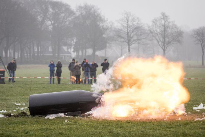 Ook carbid schieten met een kanon - zoals hier in Geesteren - is er dit jaar niet meer bij.