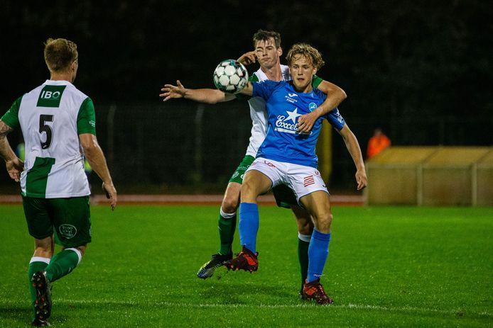 Invaller Rico Coeckelbergs, hier met Nils Van Delm (Racing Mechelen) in de rug, scoorde het tweede Turnhoutse doelpunt van de avond.