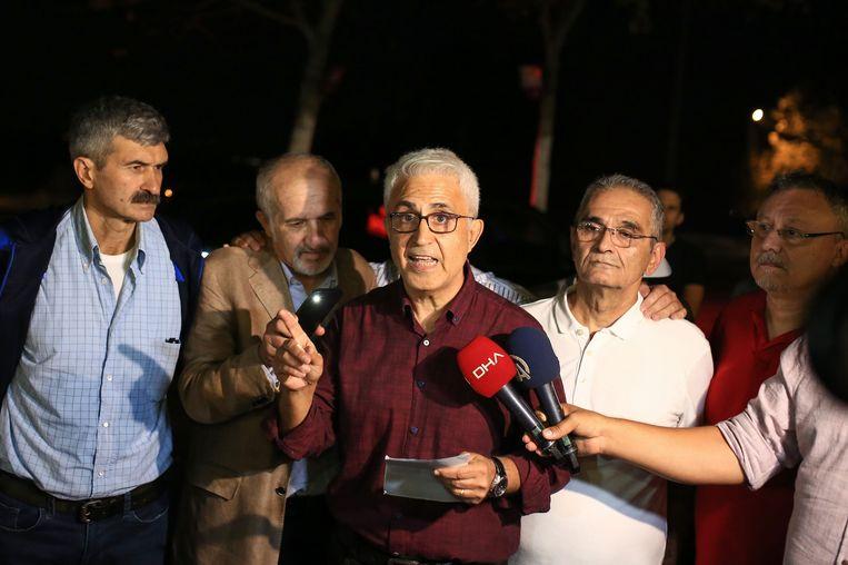 De vijf medewerkers van de krant Cumhuriyet na hun vrijlating. In het midden Musa Kart. Beeld AFP