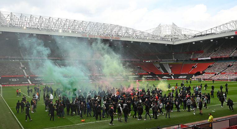 De fans raken tot in het stadion en bezetten het veld. Beeld AFP