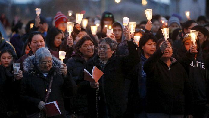 Bewoners nemen deel aan een stille tocht na de eerdere zelfmoorden deze week.