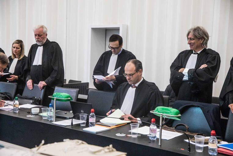 Het verzamelde advocatengilde op het euthanasieproces in Gent. Beeld BAS BOGAERTS