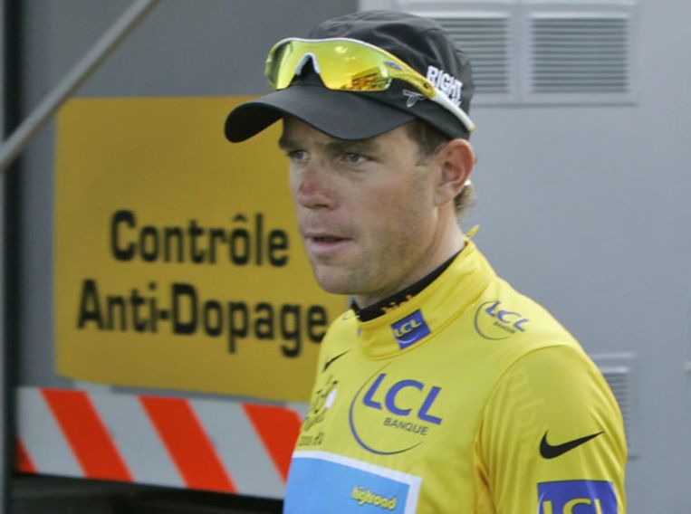 Kim Kirchen verlaat de dopingcontrole op donderdag. Bij tien renners zijn 'onregelmatigheden' ontdekt, het is nog niet bekend om welke deelnemers het gaat. Foto AP/Laurent Rebours Beeld