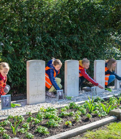 Witte tulpen voor oorlogsslachtoffers in Markelo