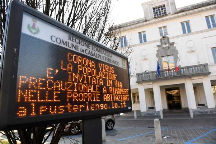 Alors que la maladie a déjà touché quelque 77.000 personnes dans le monde, l'Italie est le premier pays européen à enregistrer des cas mortels parmi ses ressortissants: une femme de 75 ans, en Lombardie, après un maçon retraité de 78 ans dans la région voisine de Vénétie.