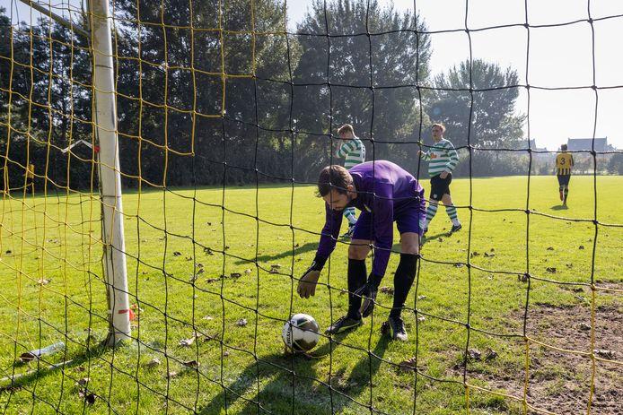 Thijs Hoek, doelman van Zwolsche Boys 8MV, kan tegen DOS Kampen 10 alweer gaan vissen.