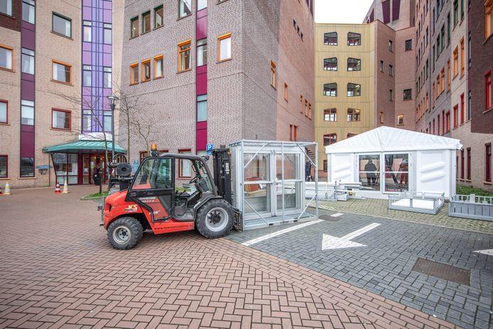 Een Triagetent bij Isala Zwolle voor onderzoek mogelijke coronapatiënten