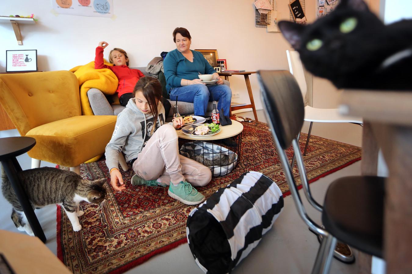 Nicky (9) en Quinten (11) zijn dolblij dat hun tante Marjolein uit Etten-Leur ze mee heeft genomen naar Familie Snorhaar. Viervoeters op de foto (vlnr) Stella (bij Nicky), Juffrouw Pruim (Onder tafel) en Luna (rechts óp tafel).