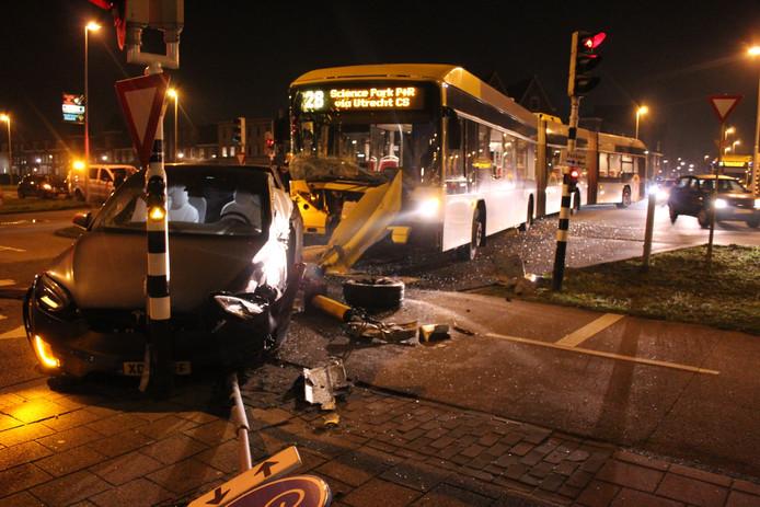 Er is bij de botsing tussen en de bus en de auto veel ravage ontstaan.