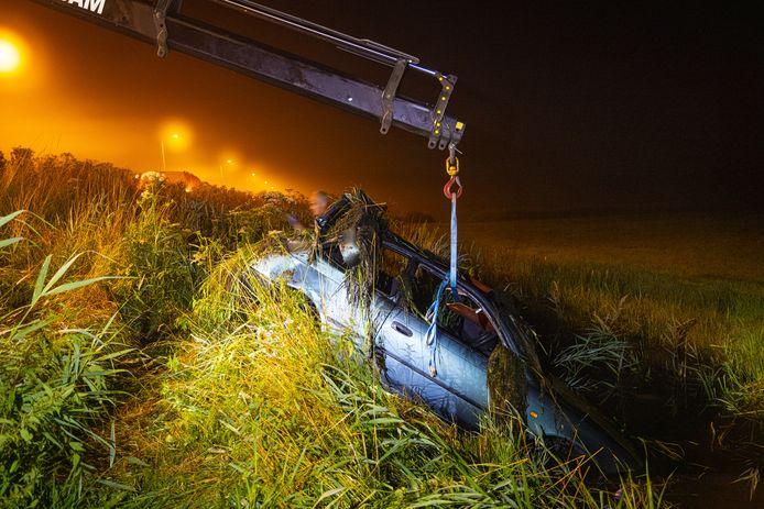 De auto is door bergingsbedrijf Stouwdam uit de sloot getakeld.