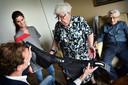 De Wolk is een airbag die voorkomt dat ouderen een heup of been breken bij een valpartij. Op de foto krijgt een echtpaar uitleg over de werking van de airbag.