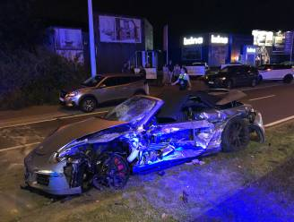 Porsche vliegt uit de bocht en over de middenberm en knalt tegen andere auto: bestuurder zwaargewond