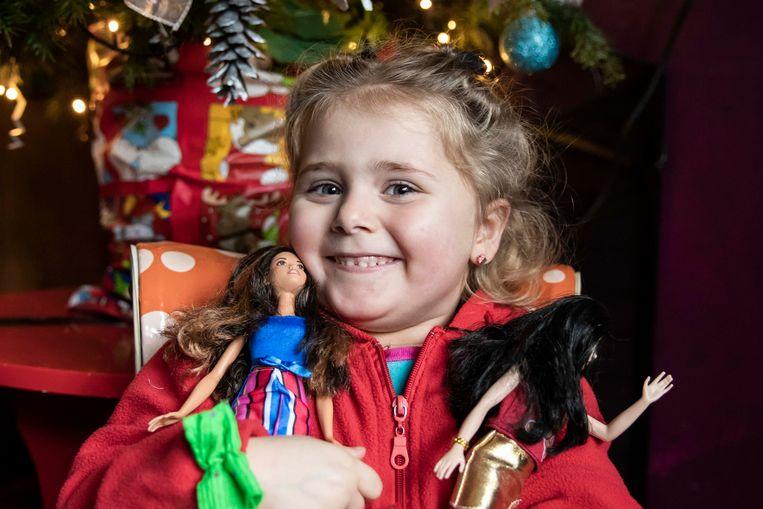 """De kerstman had het artikel in de krant gelezen. Cor mocht dan ook bij """"hoge uitzondering"""" een week voor Kerstmis al twee cadeautjes openmaken. En het waren … twee Barbiepoppen."""