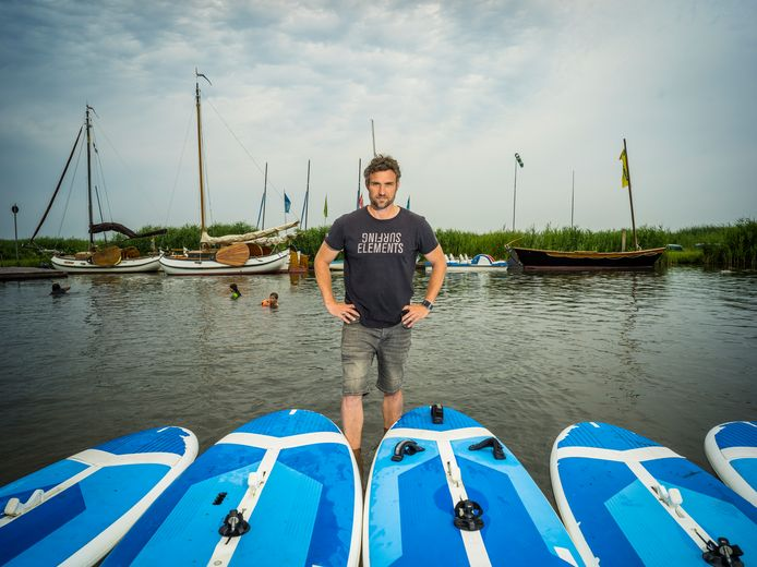 Surfschoolhouder Jörn Kappenstein had hoopvolle verwachtingen voor de zomer, maar door de toename van het aantal besmettingen zijn die in het water gevallen.