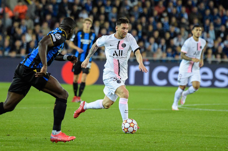 Lionel Messi zoekt een opening tegen blauw-zwart, gisteravond in het Jan Breydelstadion. Beeld Photo News