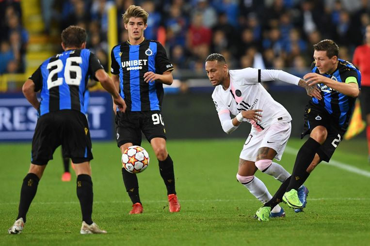 Club Brugge verdedigt met drie spelers op PSG-vedette Neymar, woensdagavond in de Champions League. Beeld AFP