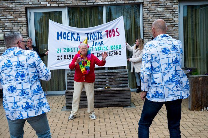 Toos Hissink deint vrolijk mee met de Hollandse liedjes, gezongen door Hans Carras en Robbie Kee