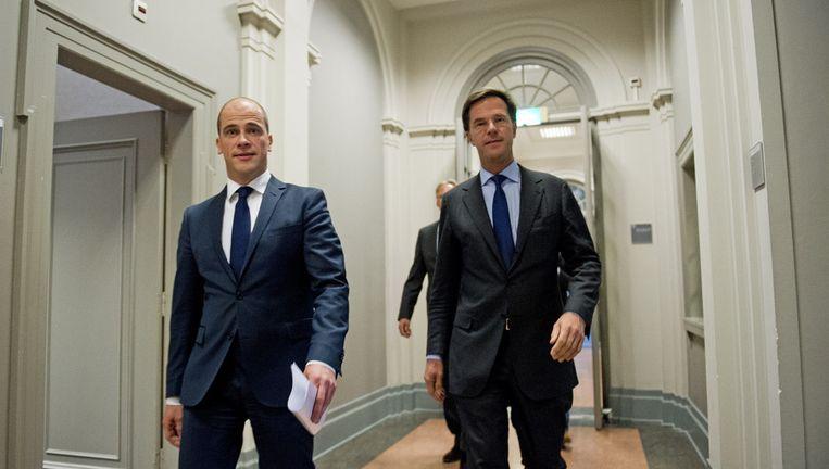 Samsom en Rutte onderweg naar de persconferentie over het zojuist gesloten deelakkoord over de begroting van 2013 Beeld ANP