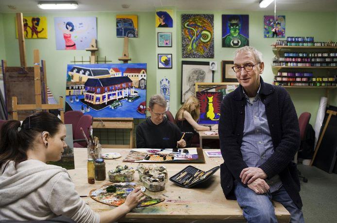 Frans Vierling in 2004 te midden van de deelnemers aan zijn atelier De Kunstvlieg.