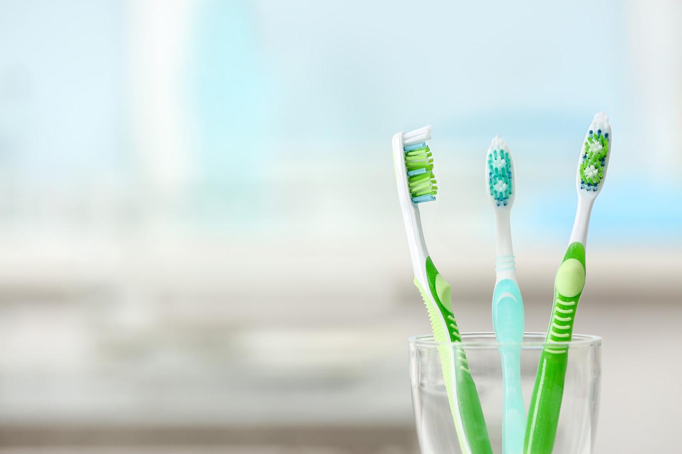Een tandenborstel kan prima dienen als huishoudmiddel, vindt Marja Middeldorp. Ze maakt er niet alleen de tanden mee schoon.