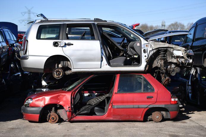 Oude dieselauto's, die in steeds meer steden taboe zijn, belanden massaal op de schroothoop.