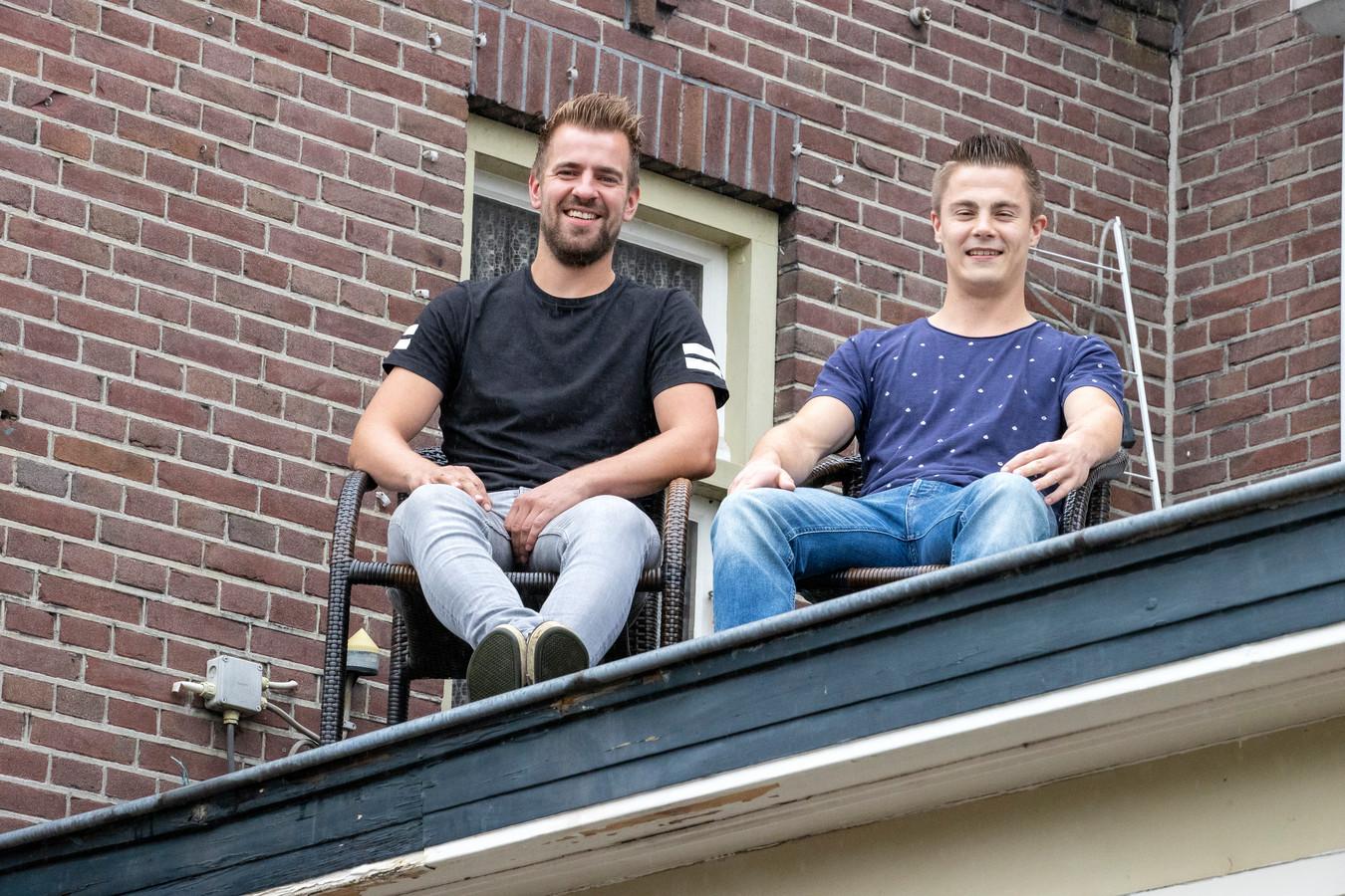 Hein van de Pas en Niek van Rooij gaan dakzitten bij café Van de Ven in Vessem.