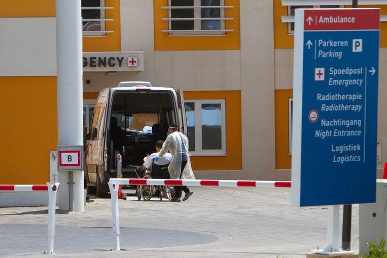 Een ambulance bij het ziekenhuis van Willemstad.  Beeld ANP