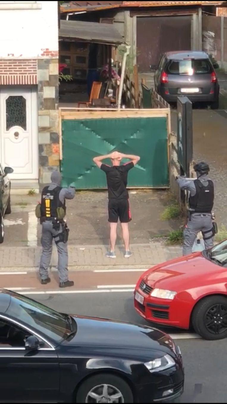 De verdachten worden klemgereden én onder schot gehouden. Niemand verzette zich.