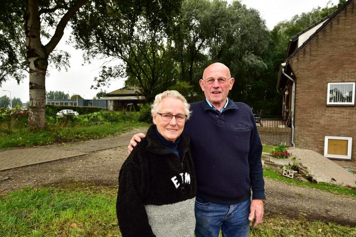 Foto Pim Mul 07102019 Waddinxveen. Marinus en Riet Scheurwater. Links in de achtergrond het voormalig gemaal rechts hun woning.