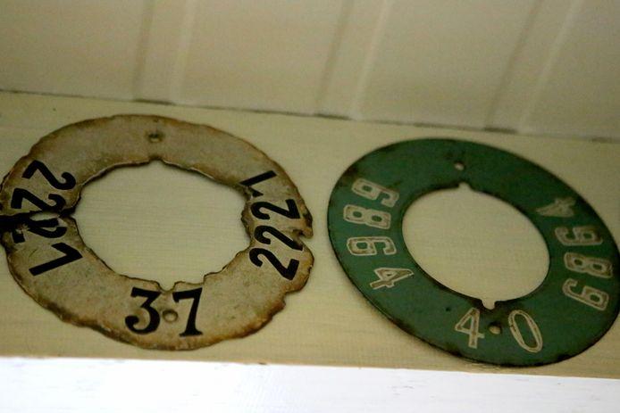 Taksplaten voor boeien uit 1937 en 1940. Moeilijk te vinden aangezien de meeste na gebruik in zee terecht kwamen
