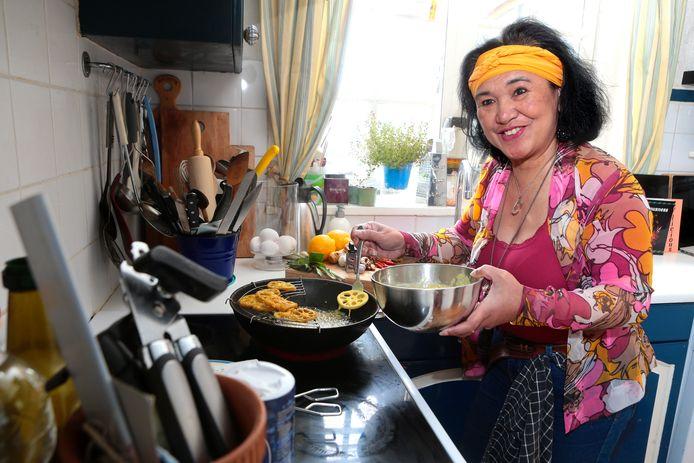 Sylvana de Backer in haar keuken. Ze bereidt akar teratai. Het recept voor deze Indonesische snack staat in haar nieuwe boek.