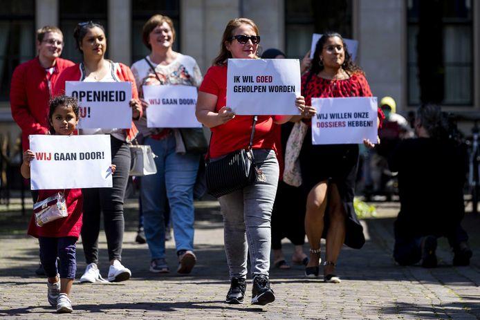 Gedupeerde ouders van de toeslagenaffaire in juni 2020 op het Plein in Den Haag, voorafgaand aan het debat over de zaak in de Tweede Kamer.