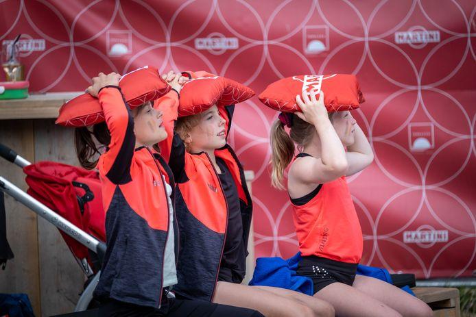 Mensen supporteren voor Jutta Verkest en Nina Derwael vanop de zomerbar La Terrazza tijdens de allround-finale op de Olympische Spelen in Tokyo
