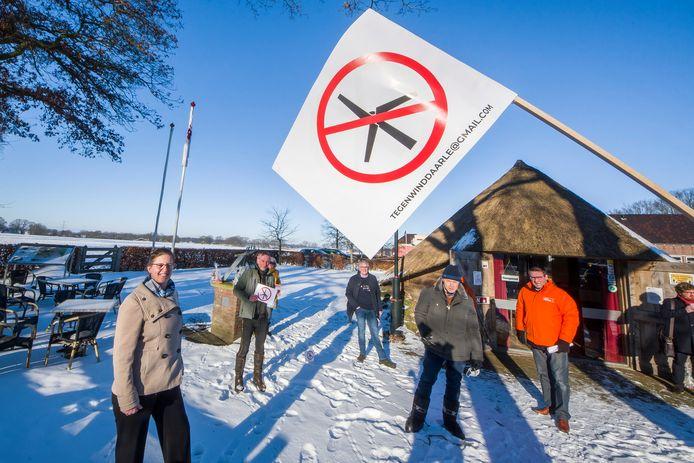 Gastvrouw Joke Verhage (links) geeft de laatste aanwijzingen aan de provinciale politici en Richard de Mos van Code Oranje, voordat ze door het buitengebied worden geleid om te ervaren dat veel bewoners hier echt geen hoge windmolens willen.