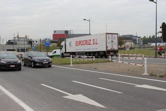 De 60-jarige autobestuurder reed van Bredene naar Oostende (rijvak onderaan), maar wou draaien over de middenberm. Kevin Aerts reed van Oostende naar Bredene (rijvak bovenaan) en werd gegrepen. Ondertussen is draaien niet meer mogelijk, er werden barrières geplaatst.