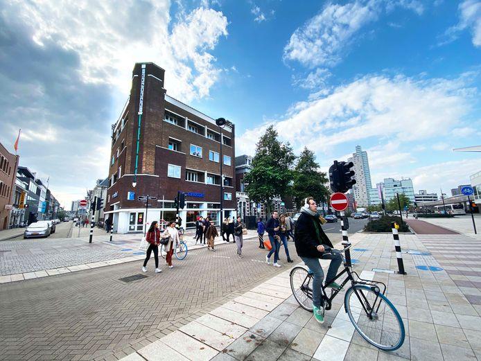 Arens wil van het vroegere Hotel Central weer een hotel maken. Hij kocht het Rijksmonument, heeft een uitbater gevonden maar zonder lobby, restaurant en eetzaal is het hotel niet rendabel.