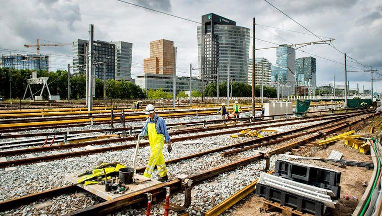 Alles rondom station Zuid gaat op de schop in het kader van de ondertunneling en verbreding van de A10. Problemen met de metro zouden dit monsterproject vertragen. Beeld Koen van Weel/ANP