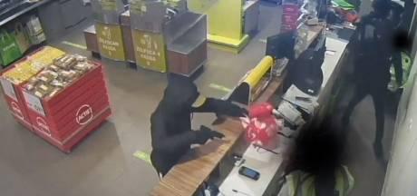 Klanten duiken weg, personeel met vuurwapens opgejaagd: te zien op beelden van supermarktoverval Budel-Schoot