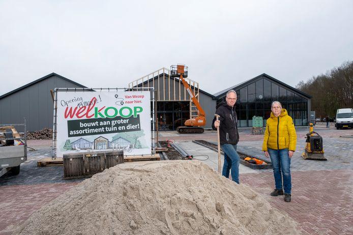 Corné van Stokkom en zijn vrouw Ingrid verwachten heel wat van de Welkoop op de nieuwe locatie bij de Dorcas winkel en Kwekerij Souman aan de Zuiderzeestraatweg. Ze verhuizen hun bedrijf vanuit Wezep naar het Hanzestadje, om zo ook meer klanten van over de IJssel te trekken.