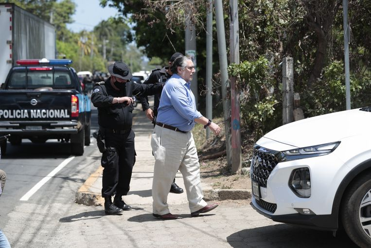 De Nicaraguaanse autoriteiten hielden leden van de oppositie tegen tijdens de politie-inval bij presidentskandidaat Cristiana Chamorro, voordat ze haar onder huisarrest plaatsten.  Beeld EPA