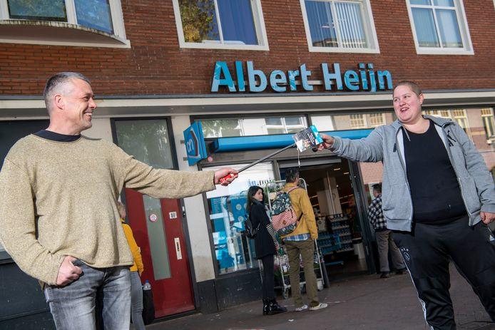 Marco Betman van de Stichting Zwerfjongeren Apeldoorn overhandigt Sharon Schenkel uit Apeldoorn een tegoedbon van 30 euro waarmee ze boodschappen kan doen.